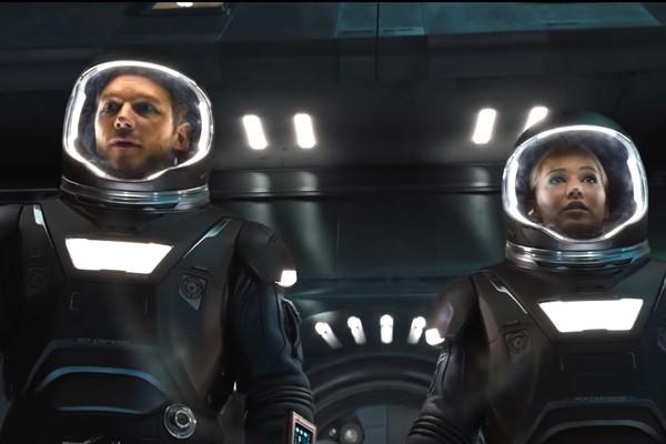 Chris Pratt e Jennifer Lawrence em cena de 'Passageiros' (Foto: Reprodução)