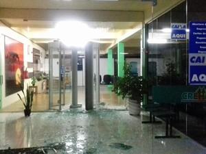 Pedaços de vidro ficaram espalhados pelo local (Foto: Brigada Militar/Divulgação)