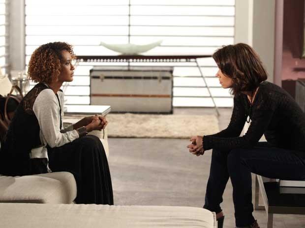Verônica escuta tudo o que Sandra tem para dizer sobre o passado de Jonas (Foto: Carol Caminha/TV Globo)