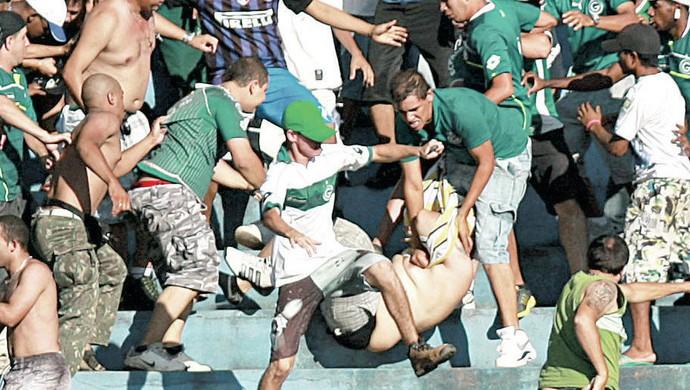 Goiás x Atlético-PR - briga na torcida (Foto: Cristiano Borges / O Popular)