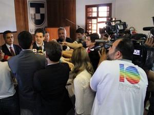 Coletiva de Ortiz Jr., prefeito de Taubaté (Foto: Carlos Santos/G1)