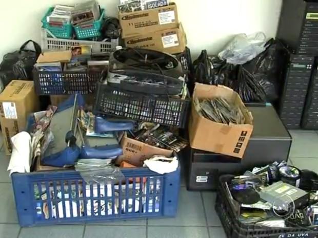 Máquinas e centenas de mídias foram apreendidas em Jundiaí (Foto: Reprodução/TV TEM)