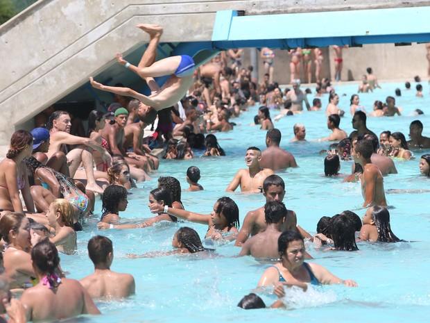 Banhistas aproveitam mais um dia de calor na piscina do Sesc Itaquera (Zona Leste); janeiro é o mês mais quente da série histórica do Inmet (Foto: Tiago Queiroz/Estadão Conteúdo)