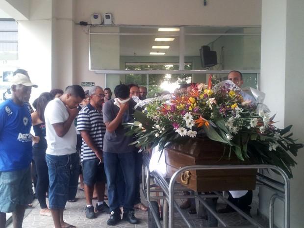 Família de Ludenildo Militão acompanha enterro em São Vicente, SP (Foto: Anna Gabriela Ribeiro/G1)