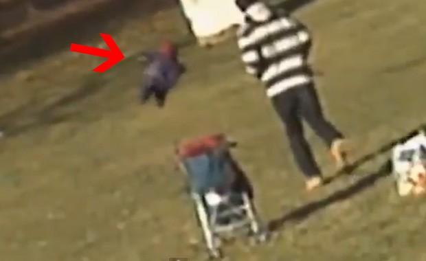 Usuário explica que movimentos do bebê e sombra estão fora de sincronia (Foto: Reprodução)