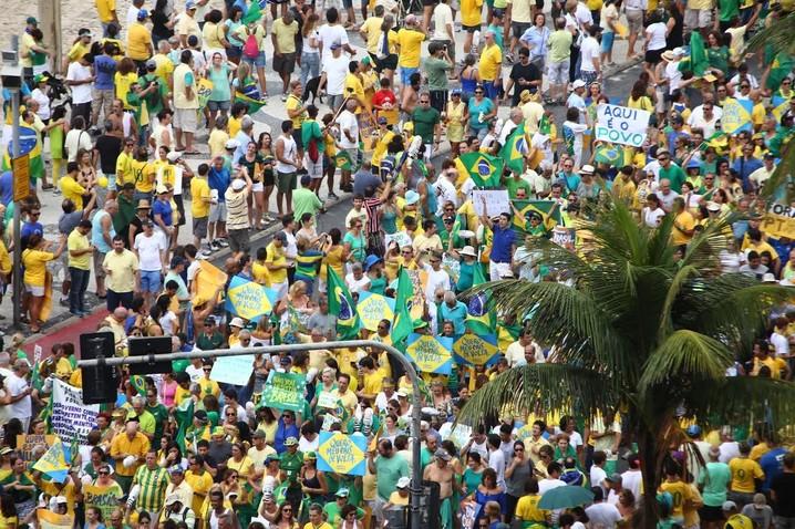 MANIFESTAÇÃO/RIO (13H47) Praia de Copabana