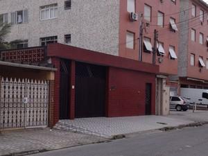 Criminosos entraram pelo portão da residência (Foto: Mayara Rached/TV Tribuna)