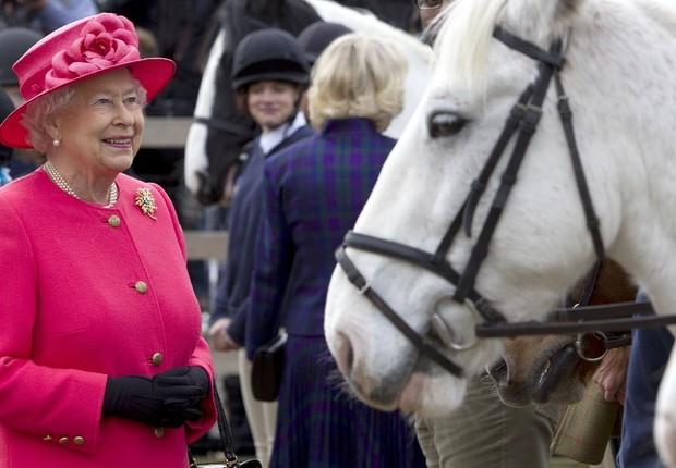 A rainha Elizabeth II visita o Ebony Horse Club e o Centro de Montaria em Brixton: paixão por cavalos (Foto: Heathcliff O'Malley/Getty Images)