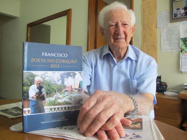 Francisco Gameiro e o livro Poeta do Coração (Foto: Mariane Rossi/G1)