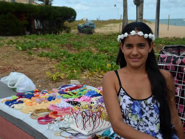 Mãe de três filhos, Camila decidiu vender tiaras por amor ao artesanato (Foto: Dani Fechine/G1)