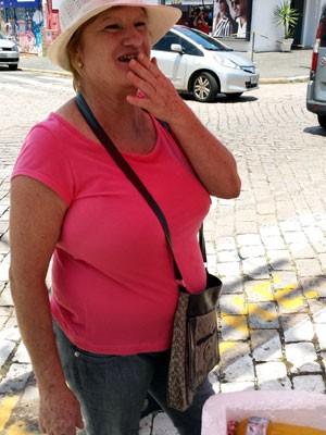 """Como jargão vendedora ambulante oferece """"água milagrosa"""" para os candidatos da Fuvest em Campinas (Foto: Luciano Calafiori/ G1 Campinas)"""