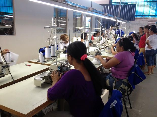Alunos aprendem a costurar, cortar e modelar nas aulas de vestuário (Foto: Ivanete Damasceno/G1)