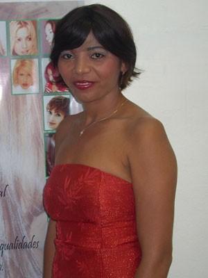 Rosinete Serrão, de 35 anos, é presidente de associação que ajuda vítimas de escalpelamento. Ela perdeu o couro cabeludo aos 20 anos, em acidente de barco. (Foto: Arquivo pessoal)
