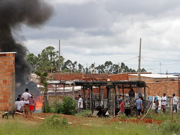 Ônibus incendiado em protesto no Sol Nascente, no DF (Foto: Vianey Bentes/TV Globo)