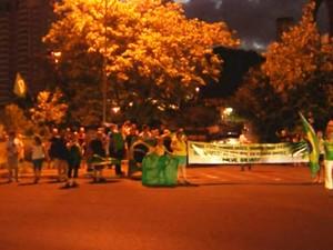 Manifestantes se reúnem em Araçatuba, na Justiça Federal (Foto: Reprodução / TV TEM)