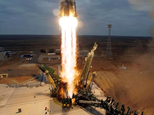 A espaçonave Soyuz MS-02, que leva para órbita o astronauta americano Shane Kimbrough e os cosmonautas russos Sergey Ryzhikov e Andrey Borisenko, decola da plataforma do Cosmódromo de Baikonur, no Cazaquistão, rumo à Estação Espacial Internacional (Foto: Shamil Zhumatov/Reuters)