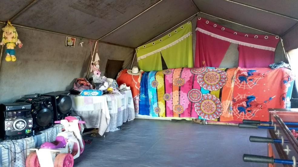 Tendas onde moram as famílias calons, próximo a Sobradinho (DF). (Foto: Marília Marques/G1)