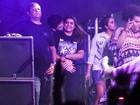 Preta Gil ganha chamego do namorado durante show de Ivete