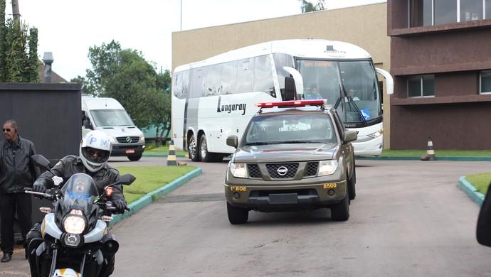 Ônibus da Seleção deixa hotel da delegação no RS (Foto: Diego Guichard)