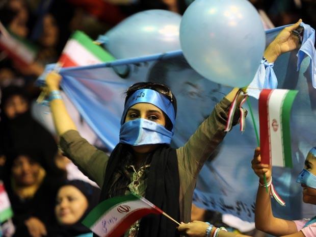 Jovem faz campanha a favor de candidato conservador  Mohsen Rezaee em Teerã. (Foto: AFP)