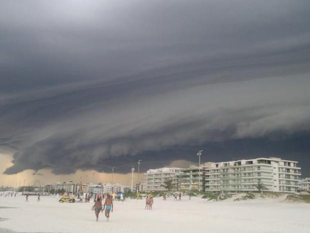 Banhistas da Praia do Forte são surpreendidos (Foto: Bruno Pedroso)