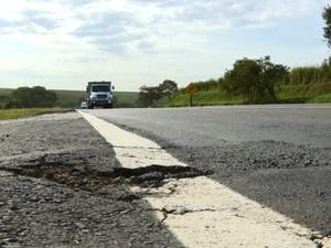 Na Rodovia do Açúcar, principal reclamação dis respeitos aos buracos e elevações  (Foto: Reprodução/EPTV)