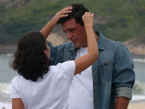Rodrigo Lombardi grava cenas de Salve Jorge na praia do Recreio, no Rio (Foto: Salve Jorge/TV Globo)