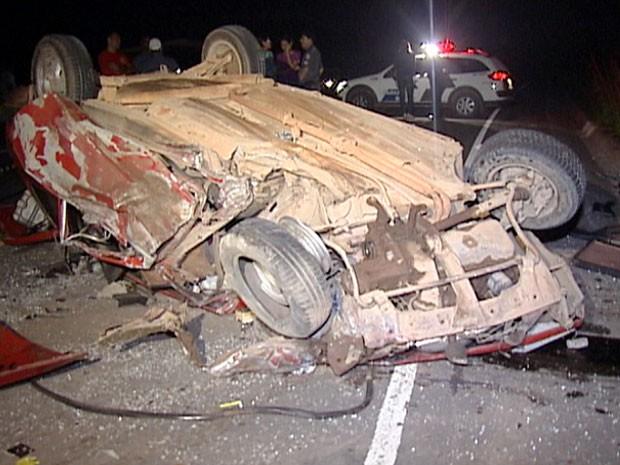 Carro bateu em caminhão e motorista morreu na hora, na ES-080 (Foto: Reprodução/ TV Gazeta)