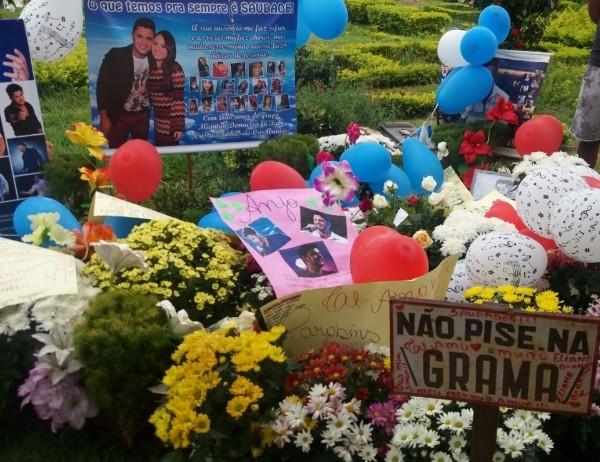 Túmulo de Cristiano Araújo ficou cheio de cartazes e balões neste domingo (Foto: Murillo Velasco/G1)