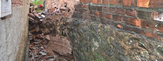 Muro atingiu a cozinha após a queda  (Foto: Walter Paparazzo/G1)