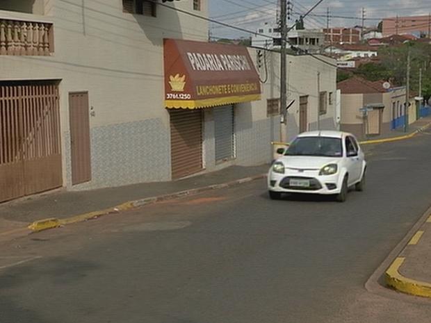 Testemunha viram ladrão de padaria fugir em direção à SP-255 (Foto: Reprodução/TV TEM)