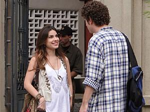 Cristal mente e diz que já marcou a data (Foto: Malhação / TV Globo)