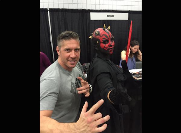 O ator Ray Park na companhia de uma fã vestida como o personagem Darth Maul vivido por ele em 'Star Wars' (Foto: Twitter)