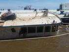 Dez dias após temporal em Porto Alegre, barco segue debaixo d'água
