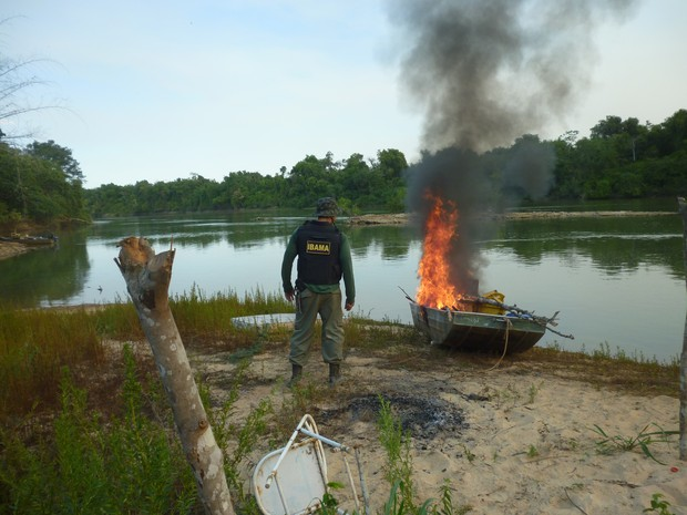 Foram apreendidos sete barcos e equipamentos de pesca; alguns tiveram a destruição imediata (Foto: Ibama de Barra do Garças)