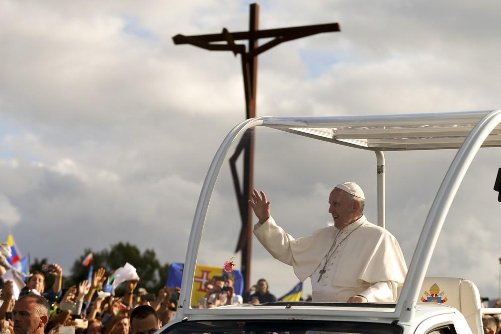 Papa acena a fiéis ao chegar ao Santuário de Nossa Senhora de Fátima (Foto: Nuno Veiga/Reuters)