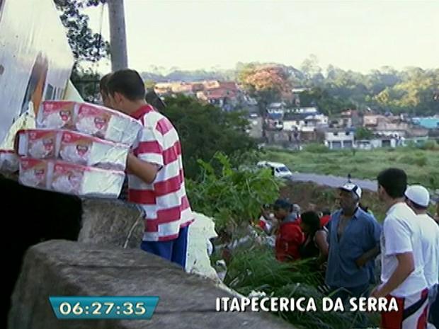 Moradores saqueiam sorvetes de caminhão que tombou (Foto: Reprodução/TV Globo)