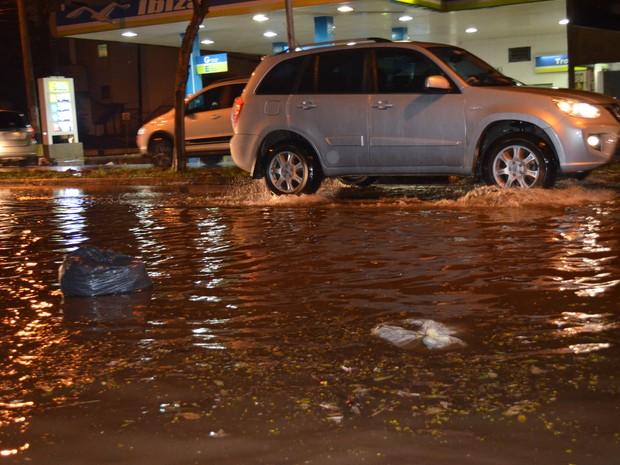 Carros tiveram dificuldades para passar em avenidas após chuva (Foto: Marcello Carvalho)