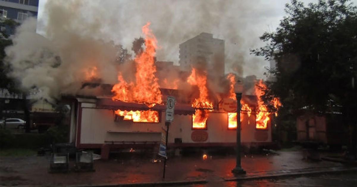 Vagão de lanches pega fogo em praça no Centro de Poços de Caldas - Globo.com