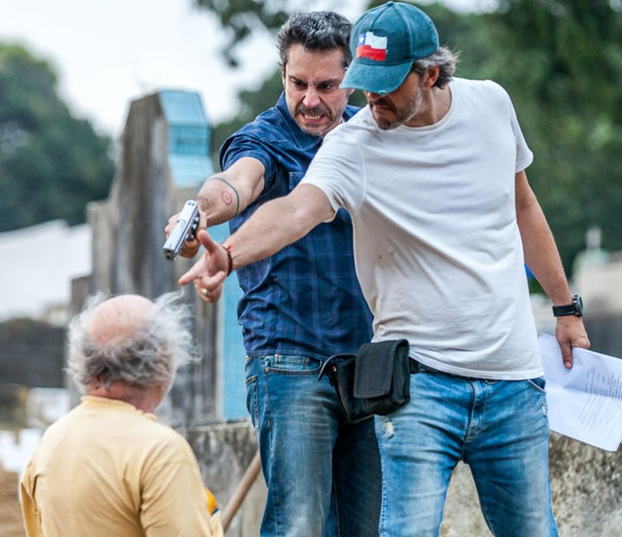 Paulo Silvestrini orienta Nero em cena de tensão (Foto: Artur Meninea/Gshow)