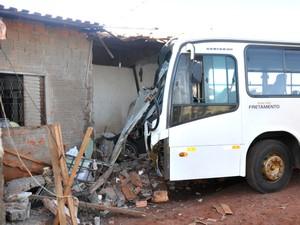 Ônibus invadiu casa onde duas crianças feridas. (Foto: Gustavo Arakaki/ G1 MS)