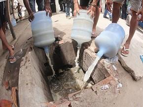 Cachaça artesanal produzida no presídio era armazenada em galões de água (Foto: Mauro Filho/SJDH/Seres/Divulgação)