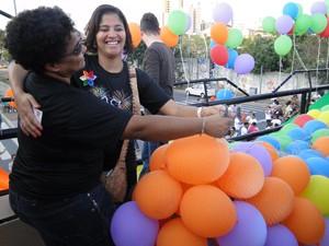 Michela e Silvana, da equipe de organização, dançam antes da chuva de balões.  (Foto: Flávia Cristini/G1 MG)