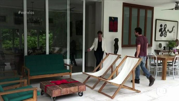 Claro que a sogra Sônia Bridi A-MOU o presente do ator! (Foto: TV Globo)