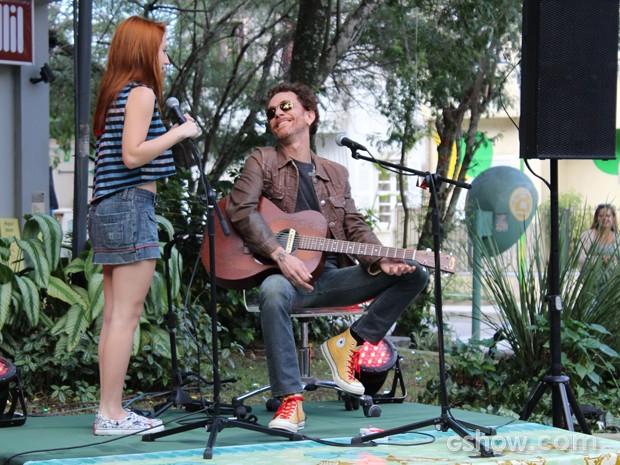 Mesmo sem graça com a situação, ela recusa o convite do cantor (Foto: Malhação / TV Globo)