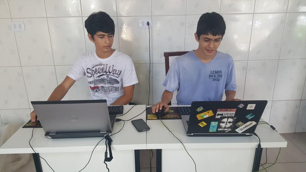 Leonardo e o irmão Lucas, passam as madrugadas jogando videogames (Foto: Leonardo da Silva/Arquivo Pessoal)