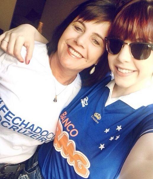 Bia Arantes e a mãe, Regina Arantes, torcedoras do Cruzeiro (Foto: Reprodução / Instagram)