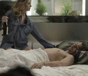 A loira arrasta o ex-vereador para a cama (Foto: TV Globo)