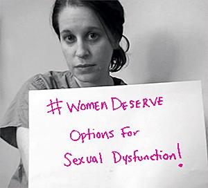 """PARTICIPAÇÃO Mulher mostra  cartaz com os dizeres  """"As mulheres merecem opções para disfunção sexual"""". A foto faz parte de uma campanha para exigir uma nova droga (Foto: Divulgação)"""