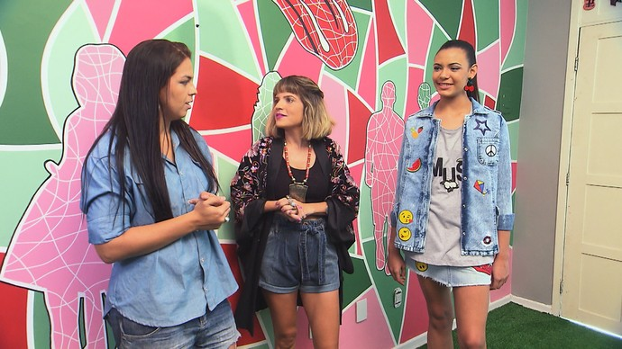 Designer Nati Menezes ensina a customizar jaqueta jeans (Foto: TV Bahia)